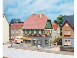 Wohnhaus mit Laden